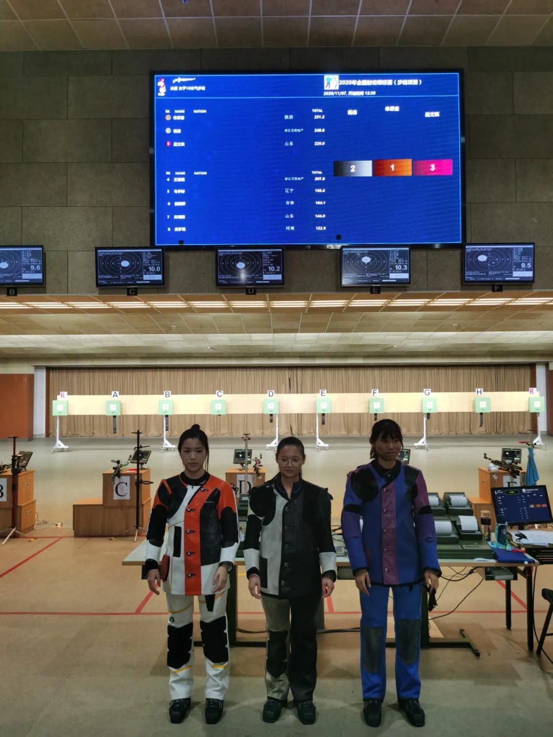 朱思童(左二)夺得冠军
