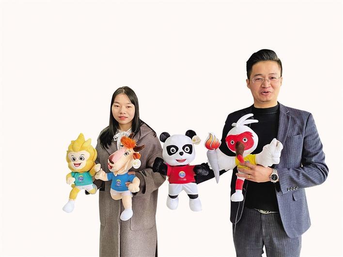在安贝斯毛绒玩具总部,工作人员正在介绍十四运会吉祥物毛绒玩具的设计细节。