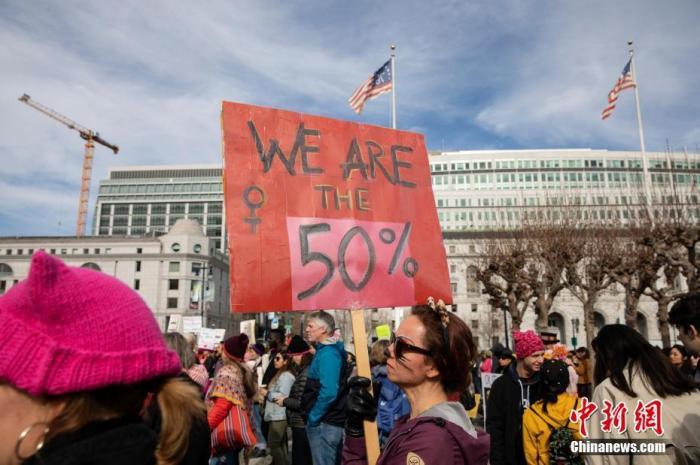 """当地时间2020年1月18日,数千人走上旧金山街头,参与第四届""""女性大游行""""。游行参与者呼吁保护和提升女性权益,更多关注性别歧视、种族歧视、社会不公等问题。"""
