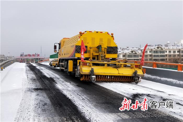 迎今冬第一场雪,嘉峪关公路人奋战29小时保畅通