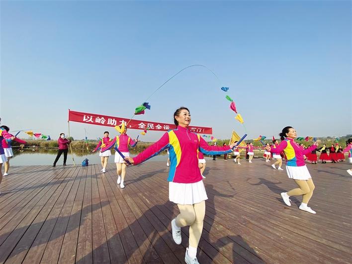 西安的市民正在跳花绳。