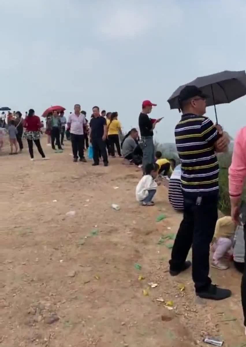 大人小孩边跑边喊看飞机 广西玉林机场被强势围观