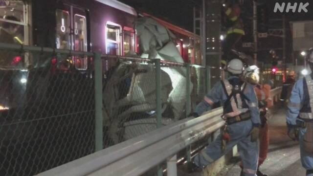 日本一载400人列车撞上货车后脱轨
