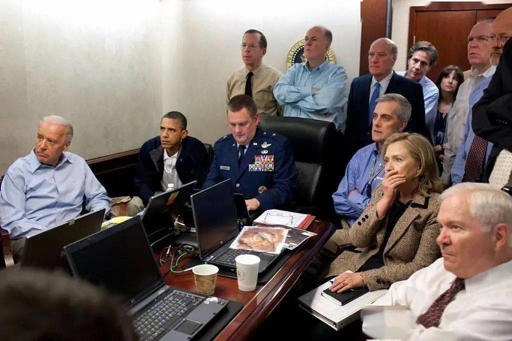 2011年5月,美军击毙本·拉登后,白宫发布了一张奥巴马等人在白宫战情室监测刺杀行动进展的照片。在这张著名的照片中,身着蓝色衬衫的布林肯站在时任白宫办公厅主任比尔·戴利的背后,探出头来盯着前方的大屏幕。