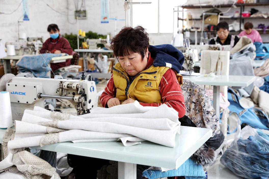 深泽布艺产业带拥有800多家家庭工厂。图为工人在缝纫沙发套。(摄影:杨子)