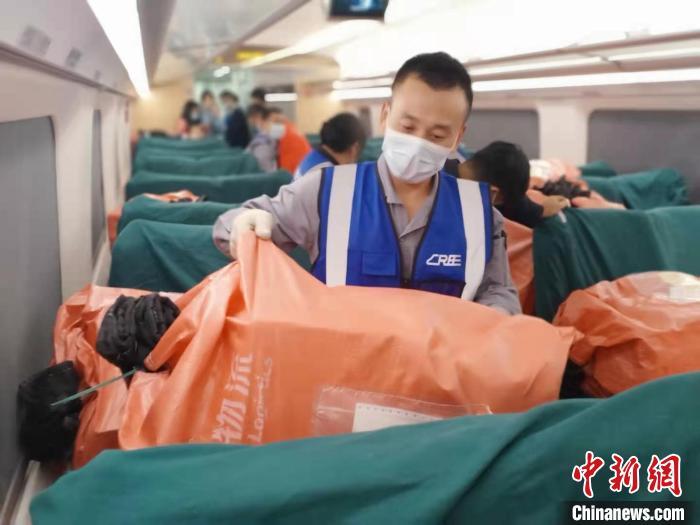 """长三角铁路""""双11""""运输发送电商货品464万件。铁路上海局供图"""