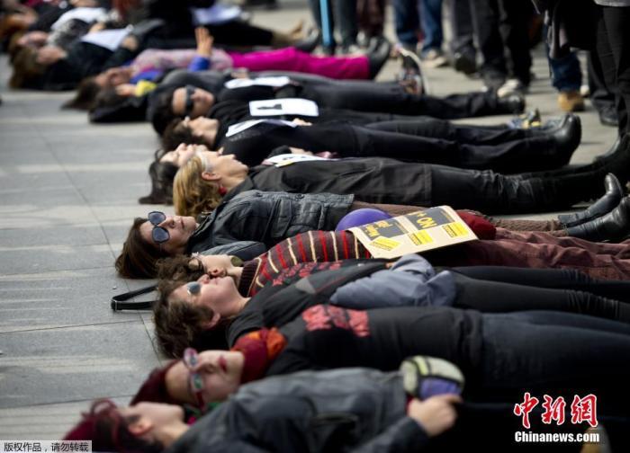 资料图:当地时间2015年6月3日,智利圣地亚哥,妇女在拉莫内达宫总统府外躺地示威,抗议家庭暴力和其它杀害女性的暴力行为。