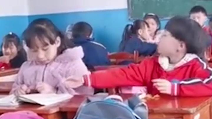 小学生吃橘子酸出表情包,下一秒就骗女同桌尝