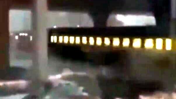 东北一列车被冻趴9小时,内燃机车牵引施救火光四溅