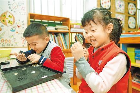课堂上孩子们通过观察、触摸、分类,来了解谷物