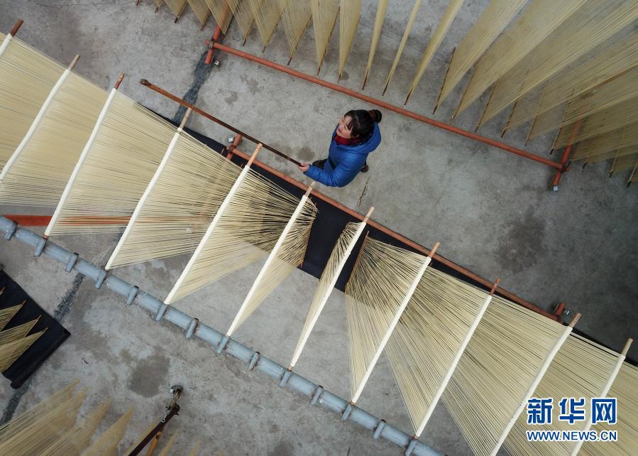 11月30日在黄家庄拍摄的制作挂面场景(无人机照片) 新华社记者 马希平 摄