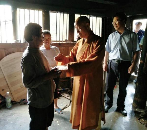2016年9月,中国佛教协会副会长演觉法师在拉揽村走访慰问困难群众