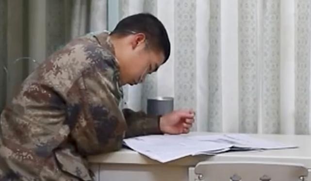 高原营房中的士兵一边阅读一边吸氧