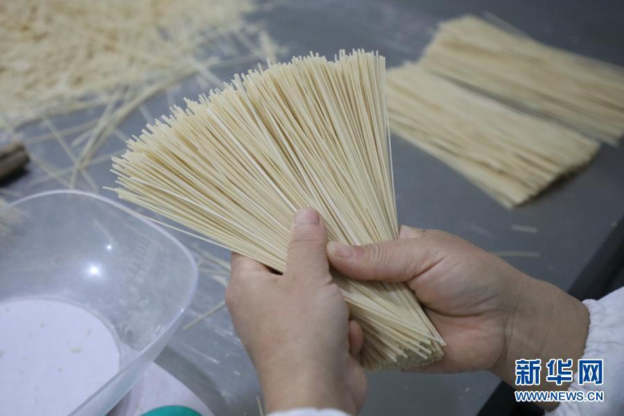 11月30日在天水麦积区兴阳食品有限公司拍摄的制作好的挂面。新华社记者 马希平 摄