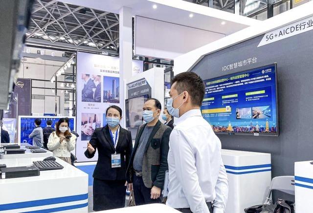 工作人员向会嘉宾介绍广西移动5G+人工智能技术应用 韦芳婷/摄