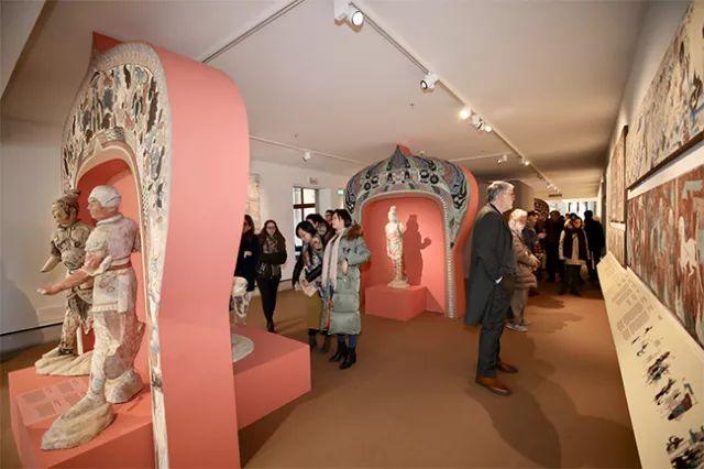 嘉宾及意大利民众观看展览