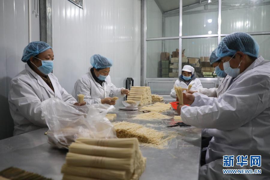11月30日,工作人员在天水麦积区兴阳食品有限公司包装挂面。新华社记者 马希平 摄
