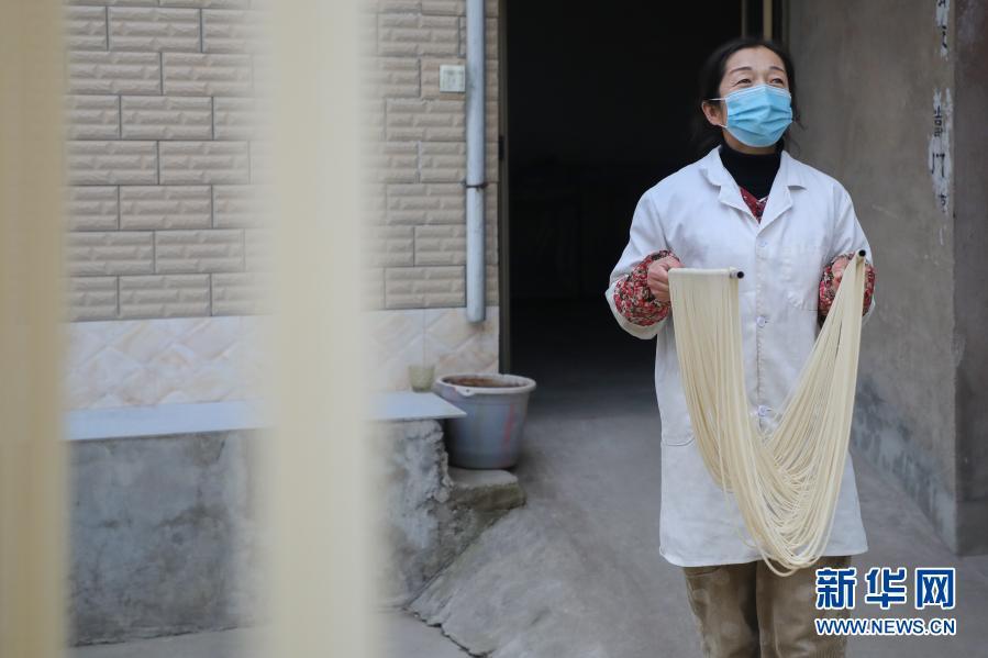 11月30日,黄家庄村民在制作挂面。新华社记者 马希平 摄