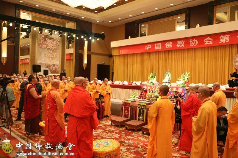 开幕会前,举行祈祷国泰民安、世界和平法会,演觉法师、帕松列龙庄勐、班禅额尔德尼•确吉杰布共同主法(图片来源:中国佛教协会)