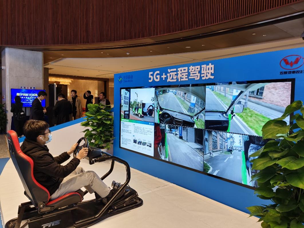 在第四届中国旅游交通大会上,广西移动5G+远程驾驶展台吸引了众多嘉宾体验。 王利珍/摄