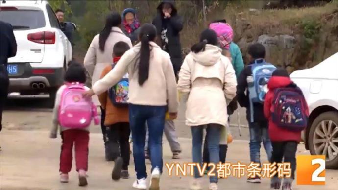 云南会泽多名小学生遭野猴袭击,家长持镰刀护送上下学