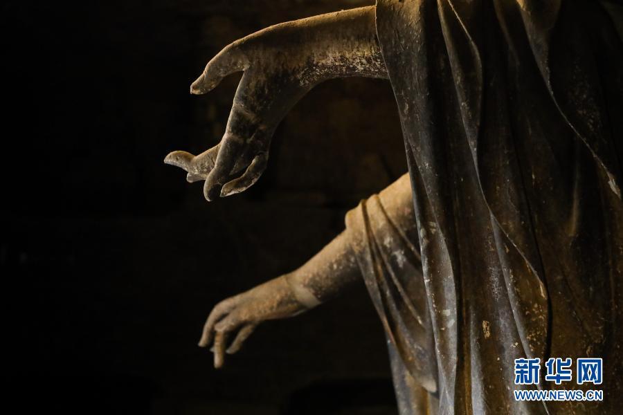 这是11月29日在麦积山石窟拍摄的泥塑 新华社记者 马希平 摄