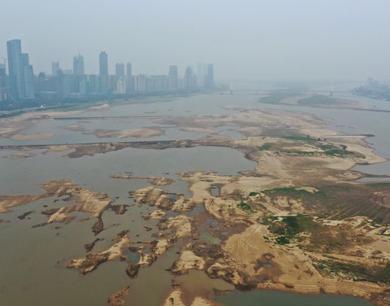 赣江南昌段迎枯水期 大面积河床裸露