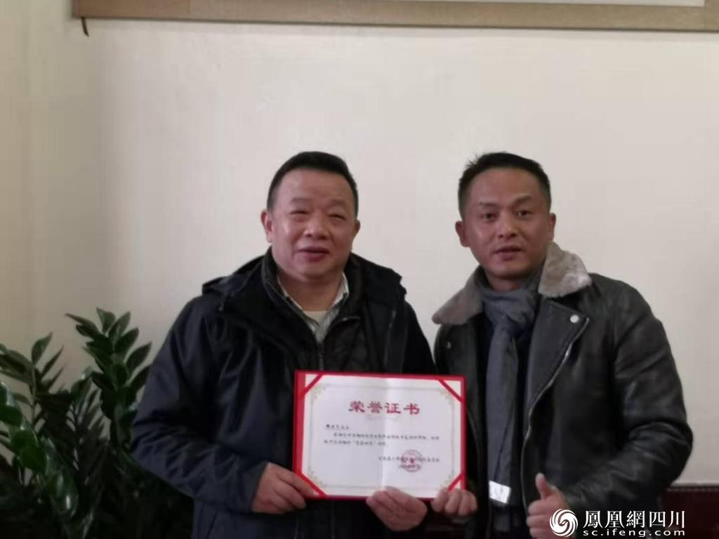 """""""荣誉村民""""献爱古蔺石榴表达新年慰问"""