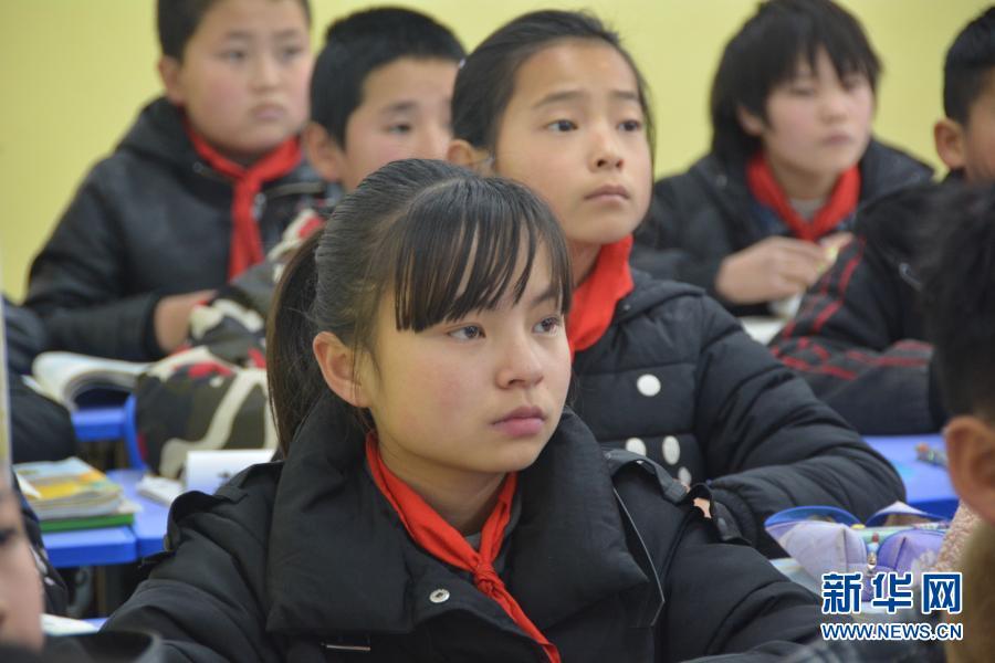 12月1日,在广河县三甲集镇火炬小学,东乡族女孩马梅(前排)正在教室内听讲。新华社记者 颜之宏 摄