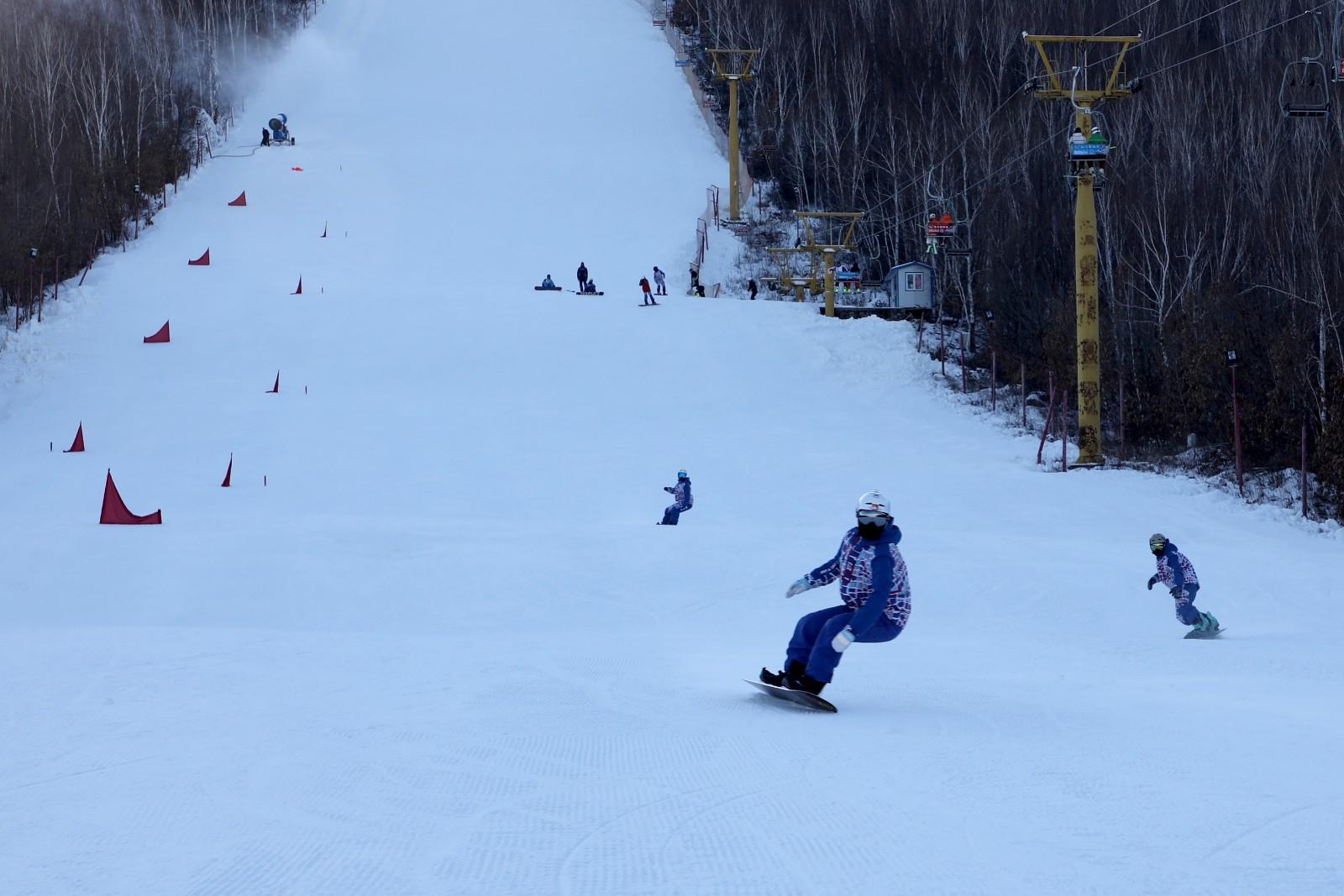 映山红滑雪场白雪皑皑引客来