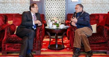 国家开发银行原行长郑之杰(左一)与原中国驻美国大使馆公使衔参赞郭长林(左二)亲切交谈。