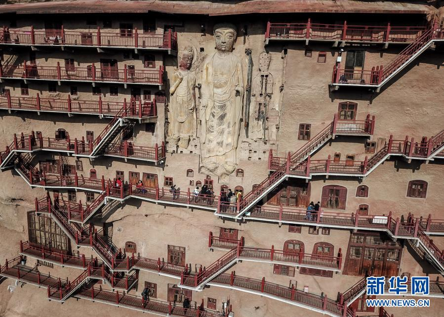 这是11月29日拍摄的麦积山石窟一景 无人机照片 新华社记者 马希平 摄