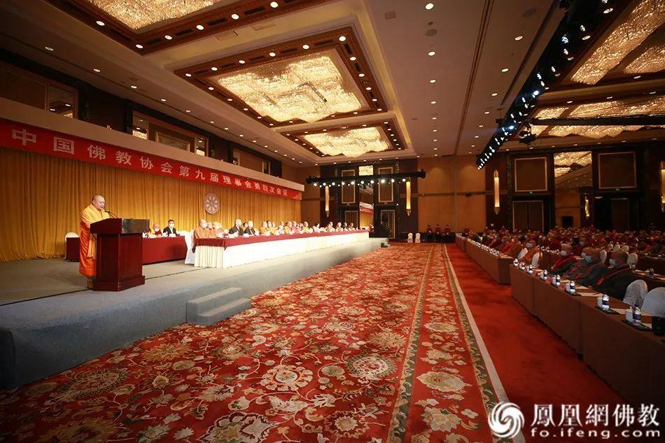 中国佛教协会副会长帕松列龙庄勐作大会发言(图片来源:凤凰网佛教)