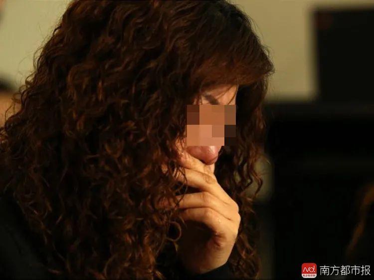 案发后,冷孟梅的母亲张梅在澳大利亚召开的新闻发布会上泣不成声。