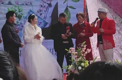 12月6日,在长沙县果园镇大河社区,一场特别的婚礼上,新郎因出任务未归,托亲友发录音表白新娘。