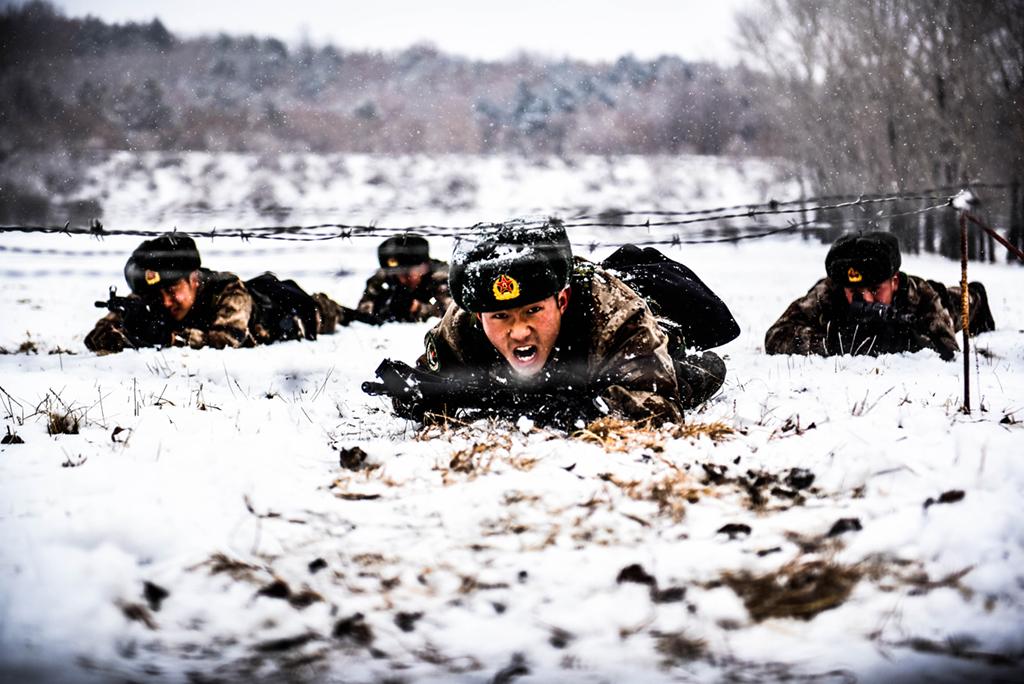 东极哨所官兵在恶劣天气下开展体能、技能训练(11月4日摄)。新华社发(李宝成 摄)