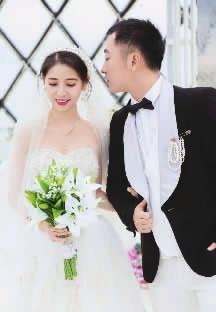 石姣和谭广的婚纱照。