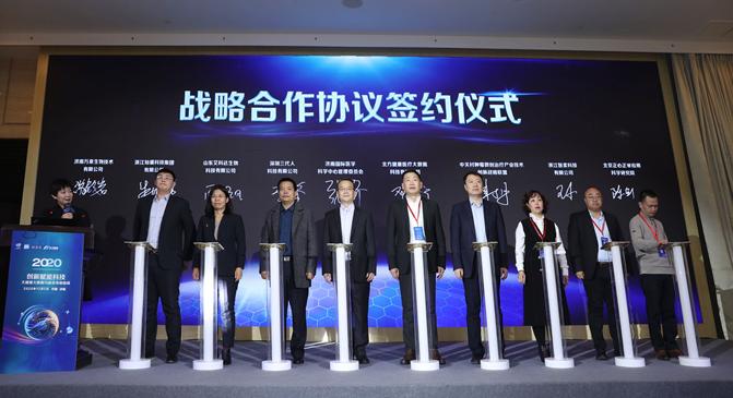 联仁健康副总经理、北方健康总经理邓小宁代表北方健康与战略合作伙伴签约