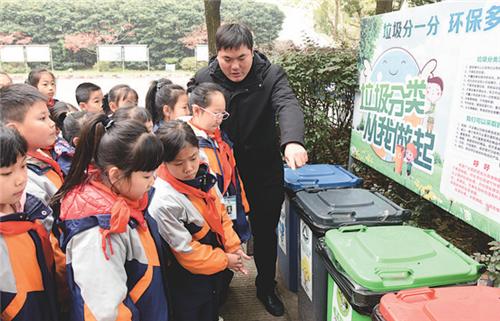 铜官区金口岭小学学生学习垃圾分类知识。本报记者 刘敏 摄