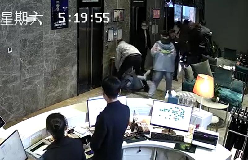 """电梯里好心让行,却无故被""""群殴""""致骨折!男子:不接受道歉、不要钱、只要公道"""