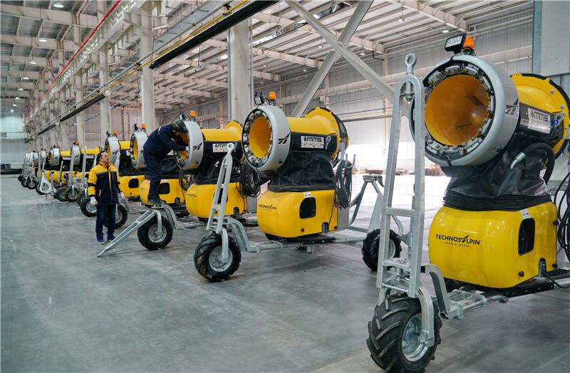 12月5日,天冰冰雪设备(张家口)有限公司的工人在生产车间内查验造雪机。