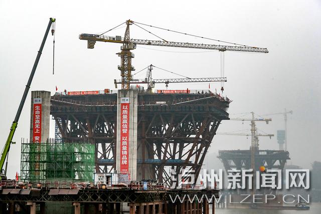 12月11日,泸州长江六桥主桥3号墩完成0号块混凝土浇筑。泸州日报记者 牟科 摄