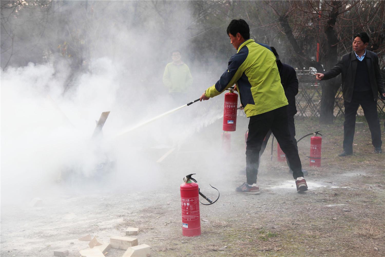 员工使用灭火器进行灭火实操演练