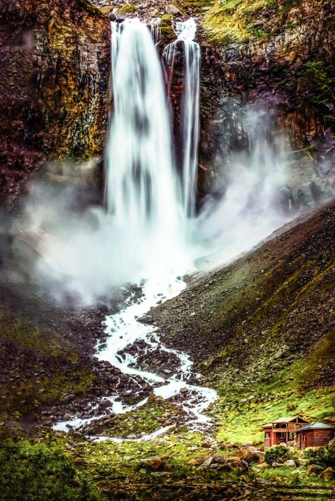 ▲ 长白山间,瀑布如练匹般砸下。摄影/闻家麟