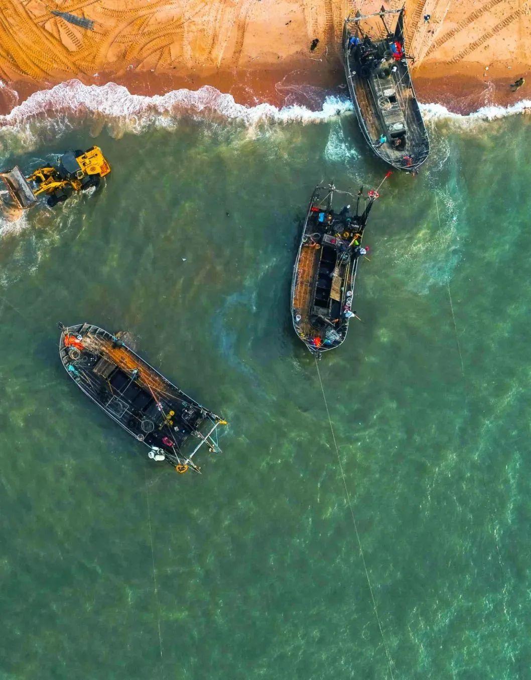 ▲ 辽东湾,岸边的渔船 。摄影/邱会宁