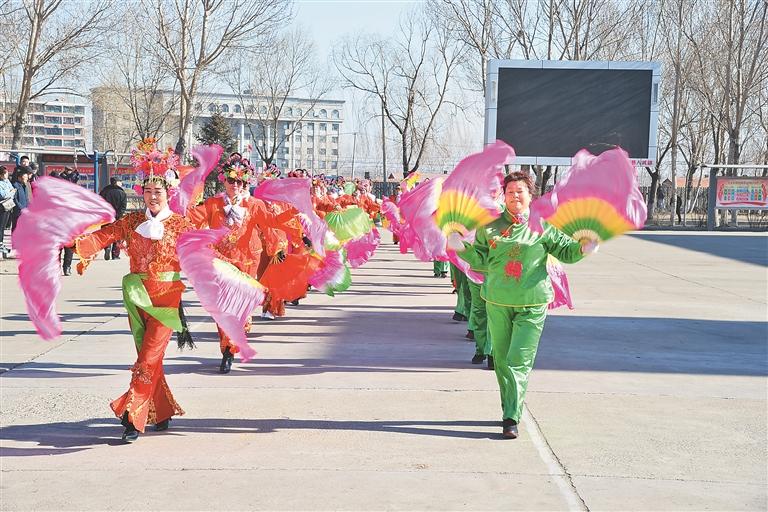 小区改造后,居民载歌载舞,娱乐生活丰富多彩。