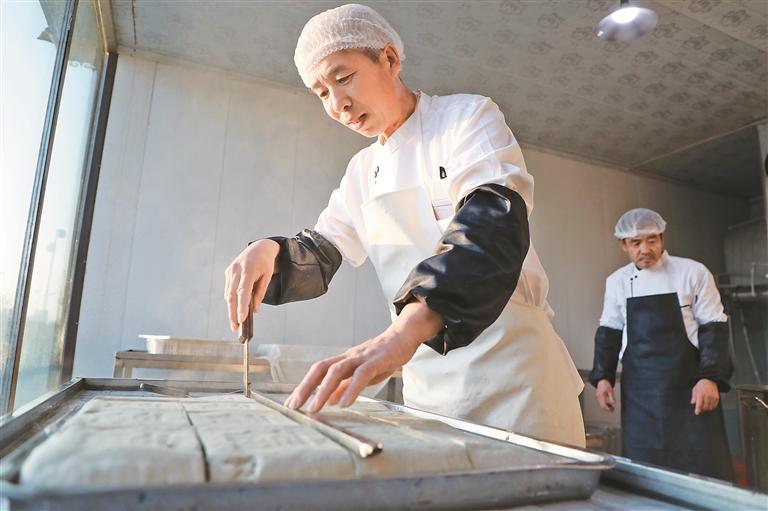 林盛村十八湾豆腐坊创出品牌。 董新英 摄