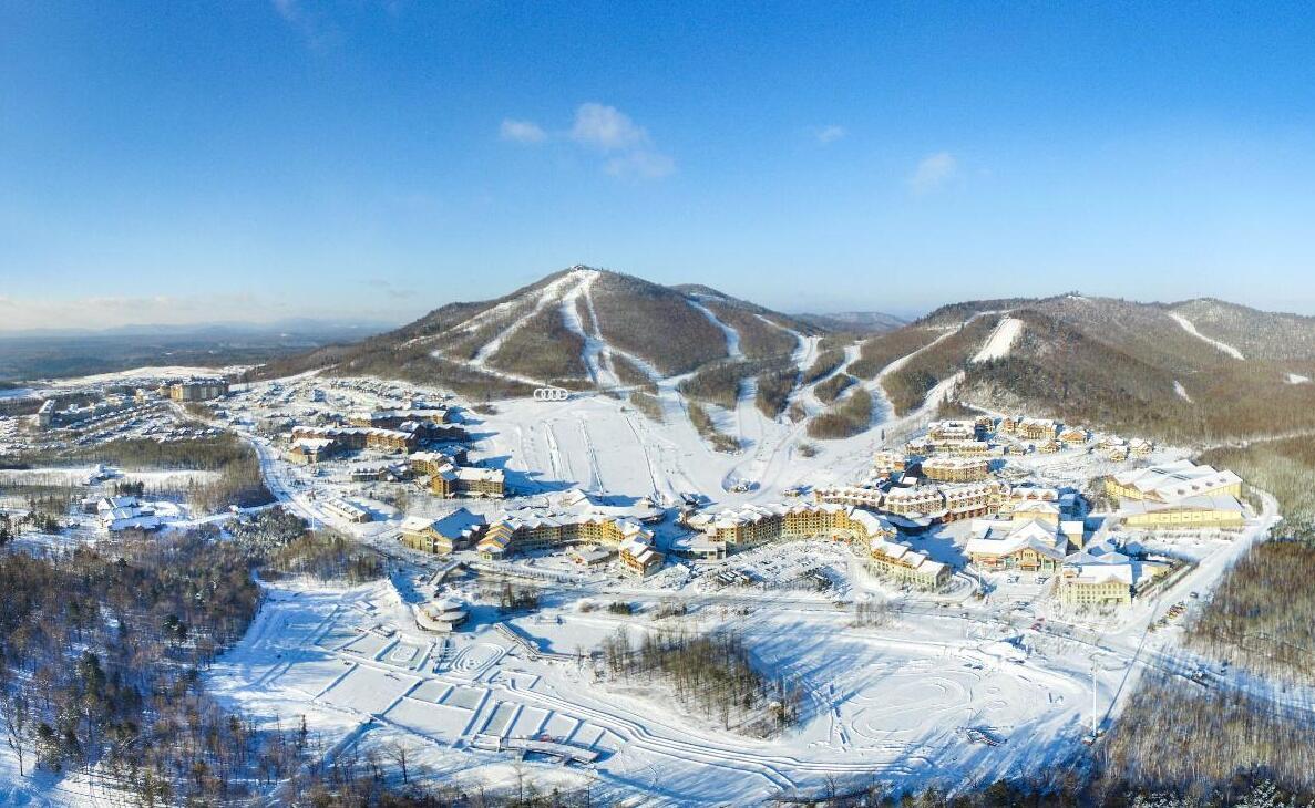 长白山滑雪场可同时容纳8000人