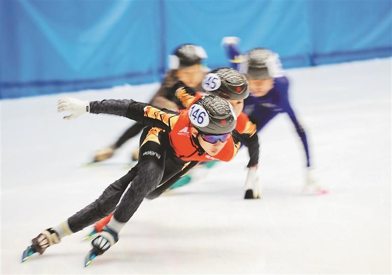 哈尔滨市速滑运动员参加全国短道速滑青少年比赛。