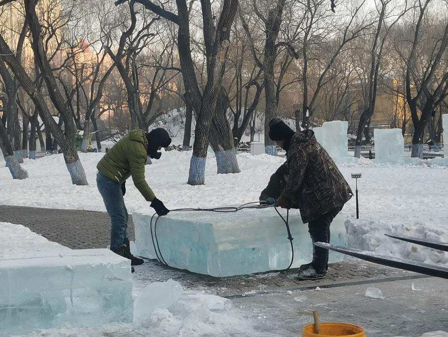 兆麟公园冰雪景观紧张建设中。